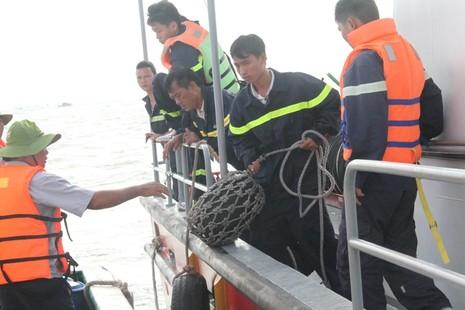 Tung hơn 100 người tìm kiếm nạn nhân vụ chìm tàu Hoàng Phúc 18 - ảnh 7