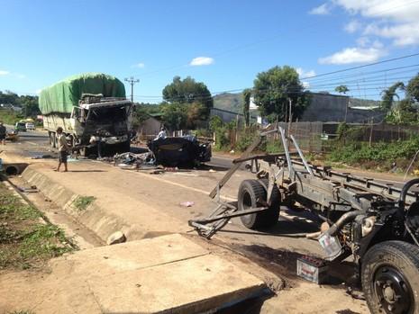 Hai xe tải đấu đầu vỡ nát, tài xế và phụ xe tử nạn - ảnh 1