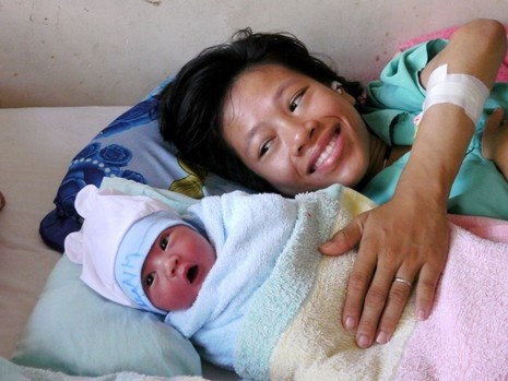 Người mẹ trẻ bị liệt hai chân sinh con trai kháu khỉnh - ảnh 1