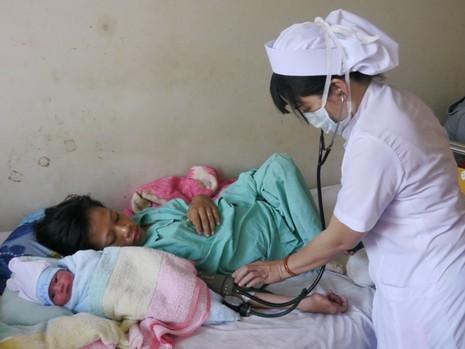 Người mẹ trẻ bị liệt hai chân sinh con trai kháu khỉnh - ảnh 2
