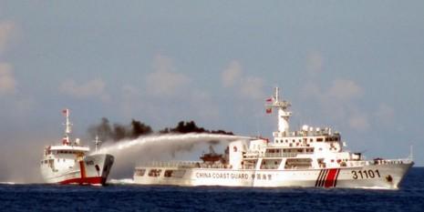 Tàu tuần duyên khổng lồ của Trung Quốc đe dọa khu vực - ảnh 1