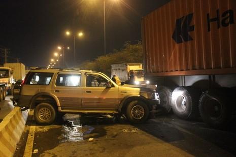 Container kéo lê xế hộp 50 m, dân cạy cửa cứu tài xế - ảnh 3