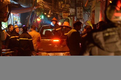 Cháy quán karaoke trong đêm giá rét, nhiều người leo mái tầng 5 thoát thân - ảnh 2
