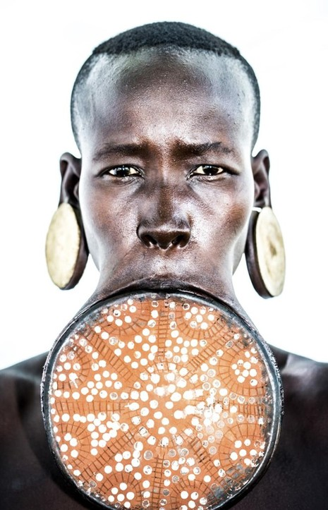 Kỳ lạ phong tục xẻ môi để lồng đĩa của bộ tộc ở Ethiopia - ảnh 4