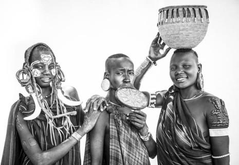 Kỳ lạ phong tục xẻ môi để lồng đĩa của bộ tộc ở Ethiopia - ảnh 6