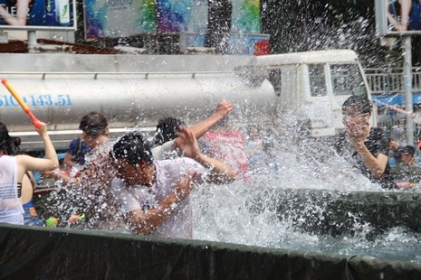 Bạn trẻ Sài Gòn 'đập tan' cái nóng tại lễ hội té nước - ảnh 1