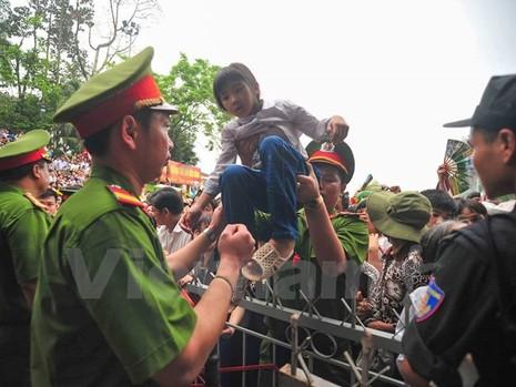 Hình ảnh đẹp về các chiến sĩ công an ở lễ hội đền Hùng - ảnh 7