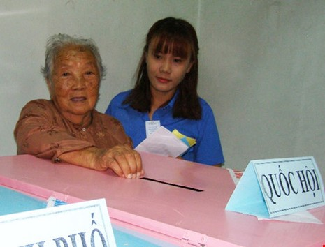 Cụ bà 107 tuổi đến tận điểm bầu cử để bỏ phiếu  - ảnh 1