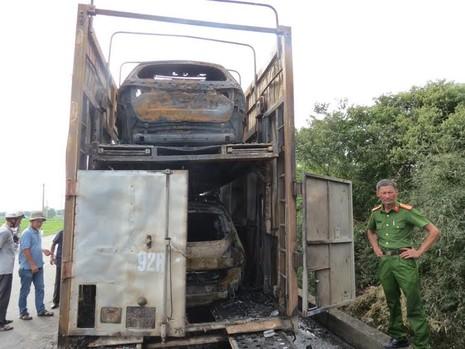 Xe đầu kéo bốc cháy, 2 ô tô con bị thiêu rụi hoàn toàn - ảnh 2