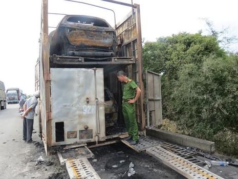 Xe đầu kéo bốc cháy, 2 ô tô con bị thiêu rụi hoàn toàn - ảnh 3
