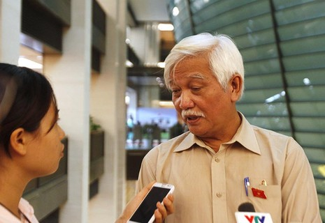 Đại biểu Quốc hội - nhà sử học Dương Trung Quốc đặt câu hỏi về việc mua quan bán chức. (Ảnh: Việt Hưng)