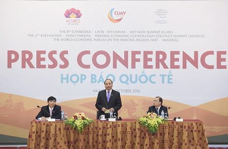 Thủ tướng Nguyễn Xuân Phúc chủ trì họp báo quốc tế - ảnh 1