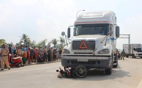 Mẹ chở con gái bị xe container cán trên cao tốc TP HCM - Long Thành - ảnh 1