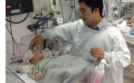 Lần đầu tiên mổ khối u não hoại tử cho trẻ 20 ngày tuổi - ảnh 1