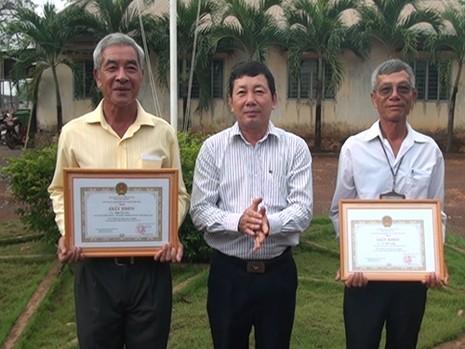 Khen thưởng hai cá nhân cứu 6 người trên hồ Trị An - ảnh 1