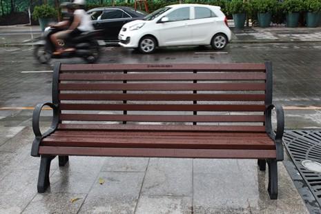 Lắp đặt băng ghế trên phố đi bộ Nguyễn Huệ - ảnh 1