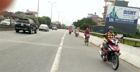 Rùng mình ô tô, xe máy, ba gác vô tư chạy ngược chiều trên quốc lộ  - ảnh 1