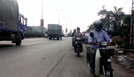Rùng mình ô tô, xe máy, ba gác vô tư chạy ngược chiều trên quốc lộ  - ảnh 2