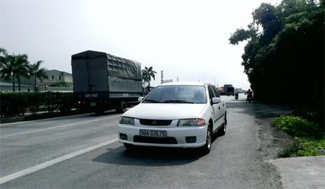 Rùng mình ô tô, xe máy, ba gác vô tư chạy ngược chiều trên quốc lộ  - ảnh 3