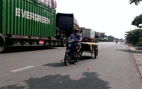 Rùng mình ô tô, xe máy, ba gác vô tư chạy ngược chiều trên quốc lộ  - ảnh 4