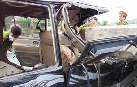 Đâm vào xe đầu kéo, 3 người chết, 5 người bị thương - ảnh 2