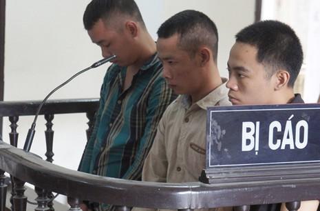 Người nhà căng băng rôn sau khi toà tuyên án kẻ bắn chết sinh viên - ảnh 1