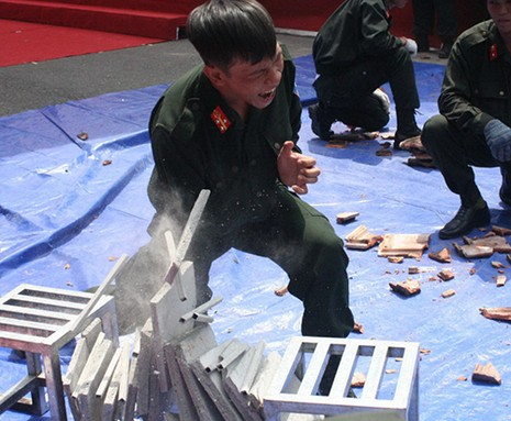 Xem cảnh sát cơ động Bình Dương trình diễn võ thuật - ảnh 6