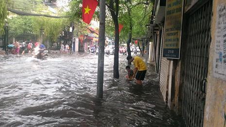 Nhiều tuyến phố Hà Nội thành sông sau mưa lớn - ảnh 3