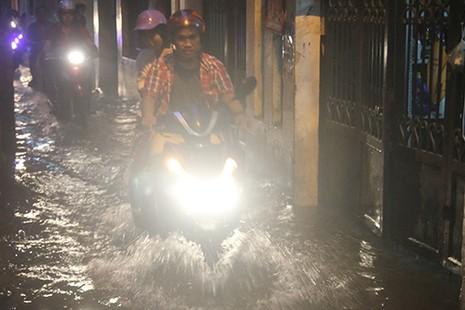 Nhiều tuyến phố Hà Nội thành sông sau mưa lớn - ảnh 5