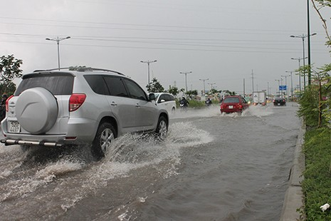 Mưa to, nhiều nơi ở TP.HCM đường lại hoá sông - ảnh 3
