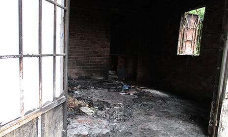 Bốn cha con chết cháy trong căn nhà khóa trái cửa - ảnh 1