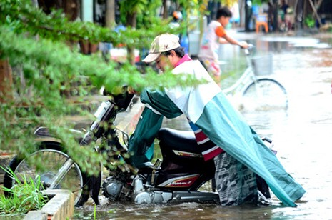 Mưa ngớt, TP.HCM còn ngập nước - ảnh 7