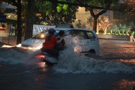 Phố Sài Gòn ngập đến yên xe, báo cáo nói 'ngập sâu nhất 50cm' - ảnh 3