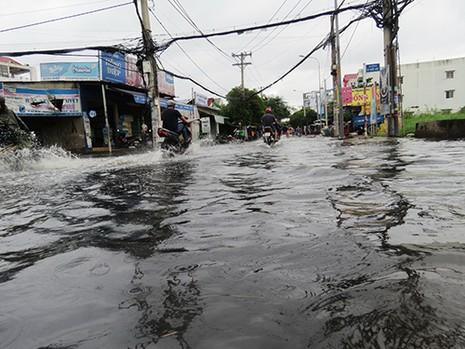 Mưa ngớt, TP.HCM còn ngập nước - ảnh 2