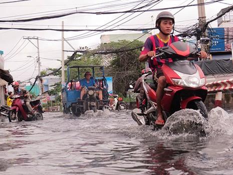 Mưa ngớt, TP.HCM còn ngập nước - ảnh 1