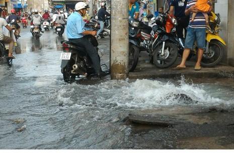 Nước máy phun ngập đường phố - ảnh 1