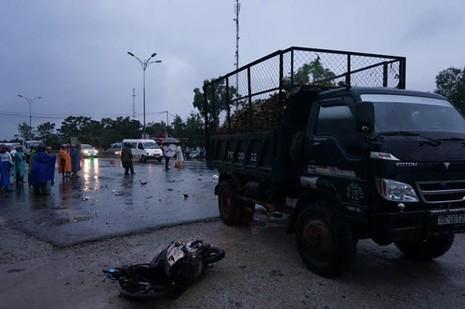 Xe tải rẽ trái va chạm với xe máy, hai người tử vong - ảnh 1