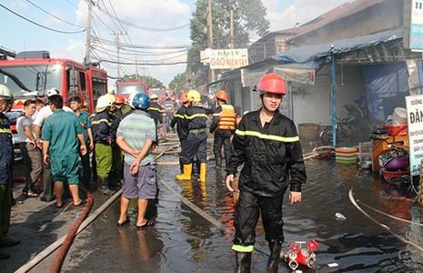 Cháy rụi dãy ki ốt ở Bến Bình Đông, một cô gái tử vong - ảnh 1