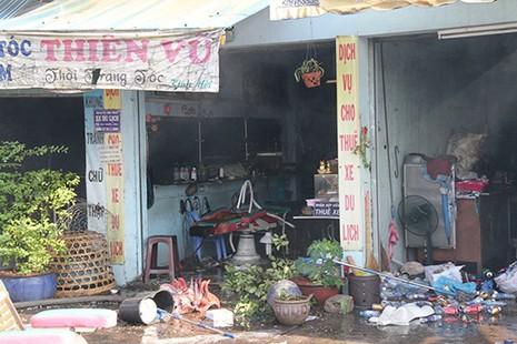 Cháy rụi dãy ki ốt ở Bến Bình Đông, một cô gái tử vong - ảnh 4