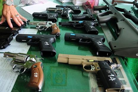 Xe khách chở 18 khẩu súng và 22 hộp tiếp đạn - ảnh 2