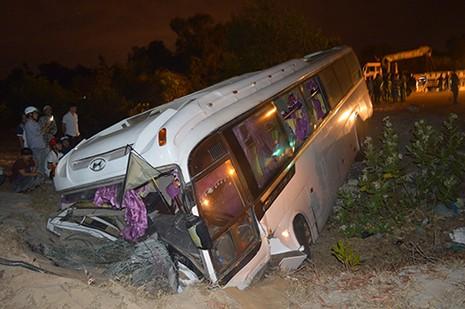 36 nhân viên Hồ Tràm Trip bị nạn trên chiếc xe lật nhào - ảnh 1