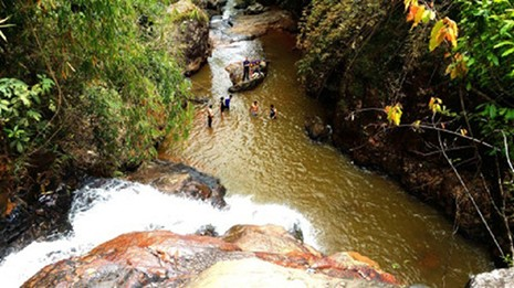 Tự thả mình theo nước, ba du khách Anh tử nạn ở thác Datanla - ảnh 1