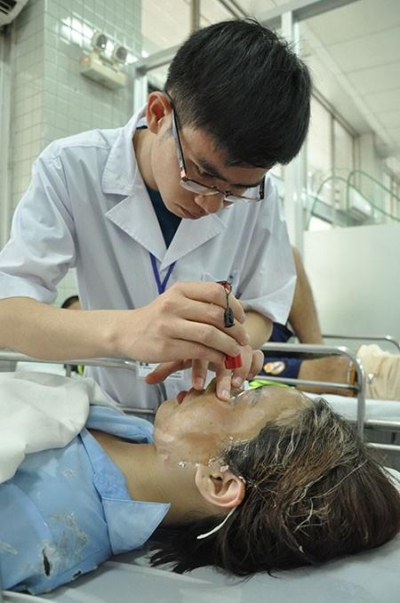 Khó giữ đôi mắt của nữ sinh viên bị tạt acid giữa phố Sài Gòn - ảnh 2