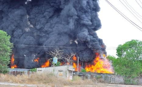 Cháy kho phế liệu ở Đồng Nai, cột khói bốc cao hàng chục mét - ảnh 3
