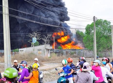 Cháy kho phế liệu ở Đồng Nai, cột khói bốc cao hàng chục mét - ảnh 4