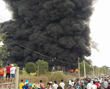 Cháy kho phế liệu ở Đồng Nai, cột khói bốc cao hàng chục mét - ảnh 2