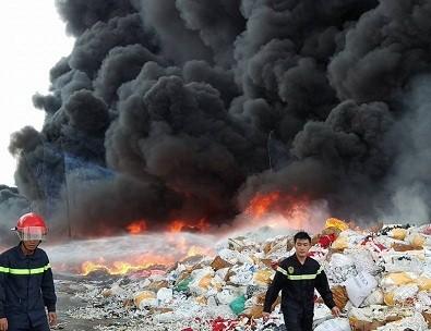Cháy kho phế liệu ở Đồng Nai, cột khói bốc cao hàng chục mét - ảnh 1