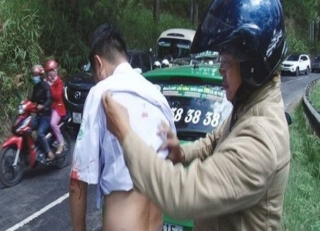 Tài xế taxi bị đâm trọng thương trên đường - ảnh 1
