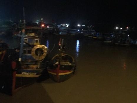 Nóng: Hàng chục tàu thuyền bất ngờ bị lũ cuốn ra biển - ảnh 1