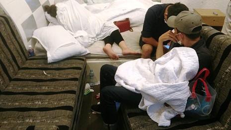 Ập vào khách sạn, cảnh sát phát hiện nhiều thanh niên phê ma túy cùng nhiều gói bột trắng, viên nén nghi ma túy